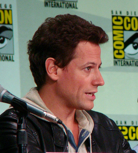 Ioan Gruffudd. Derivative work from Ioan Gruffudd & Nestor Carbonell, San Diego Comic Con, July 21, 2011, photo by vagueonthehow (©vagueonthehow). Used under terms of Creative Commons Public License Attribution 2.0 https://creativecommons.org/licenses/by/2.0/ Original photo https://www.flickr.com/photos/vagueonthehow/5983095758/
